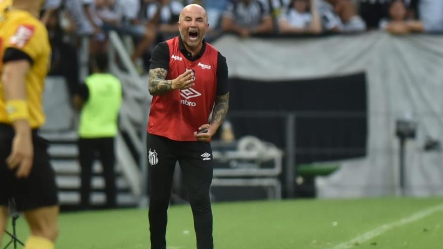 Jorge Sampaoli grita da beira do gramado durante a vitória do Santos sobre o Ceará - Ivan Storti/Santos FC