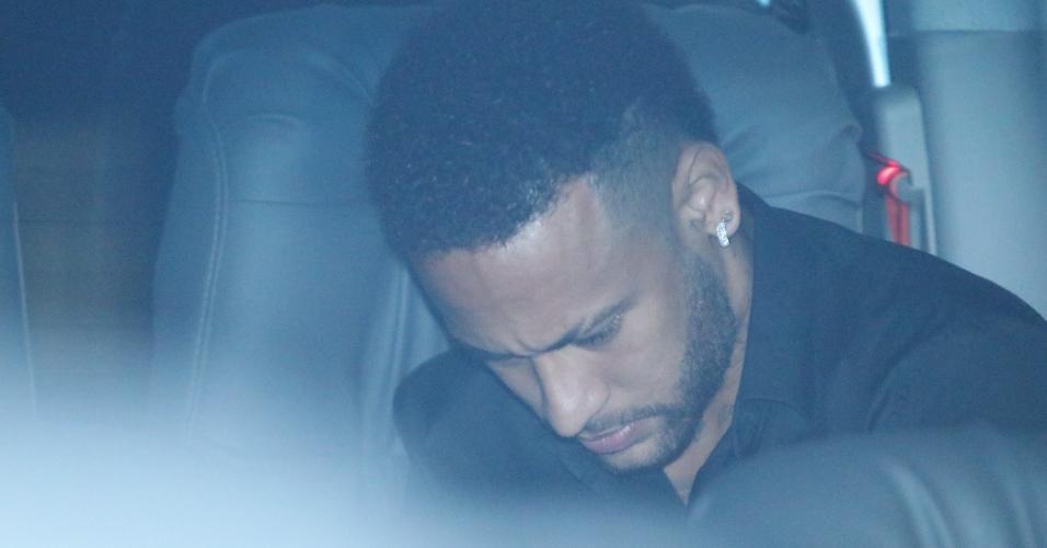 Neymar entra em van antes de deixar delegacia no Rio de Janeiro