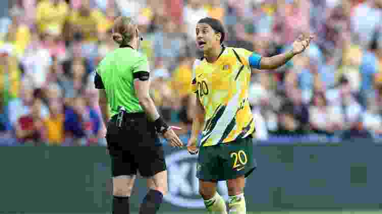 Sam Kerr conversa com a árbitra durante jogo entre Austrália e Brasil  - Elsa/Getty Images - Elsa/Getty Images