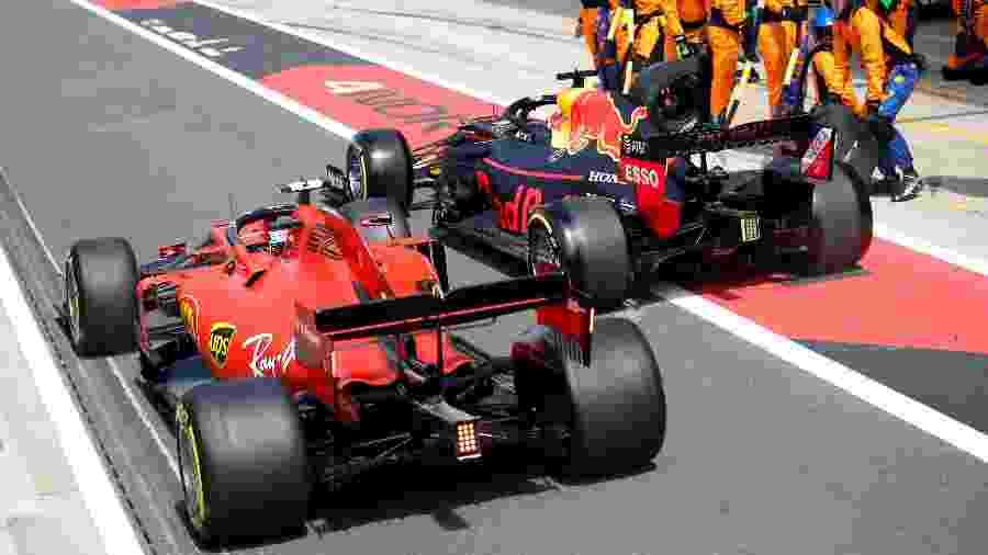 Charles Leclerc e Max Verstappen lado a lado nos boxes em Silverstone - Matthew Childs/Reuters