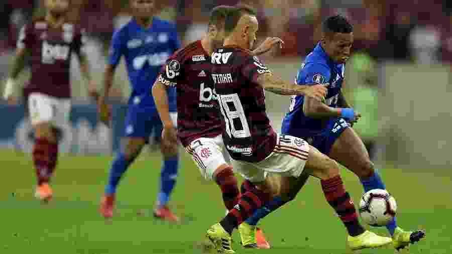 Rafinha, lateral do Fla, disputa lance com Guerrero, jogador do Emelec, durante partida pela Libertadores - Thiago Ribeiro/AGIF