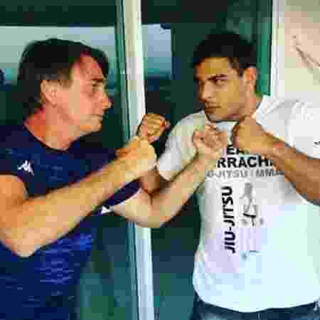 Jair Bolsonaro simula encarada com o lutador Paulo Borrachinha - @jairbolsonaro/Twitter
