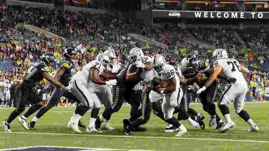 James Butler, do Oakland Raiders, carrega bola durante jogo de pré-temporada contra o Seattle Seahawks - Steven Bisig/USA TODAY Sports