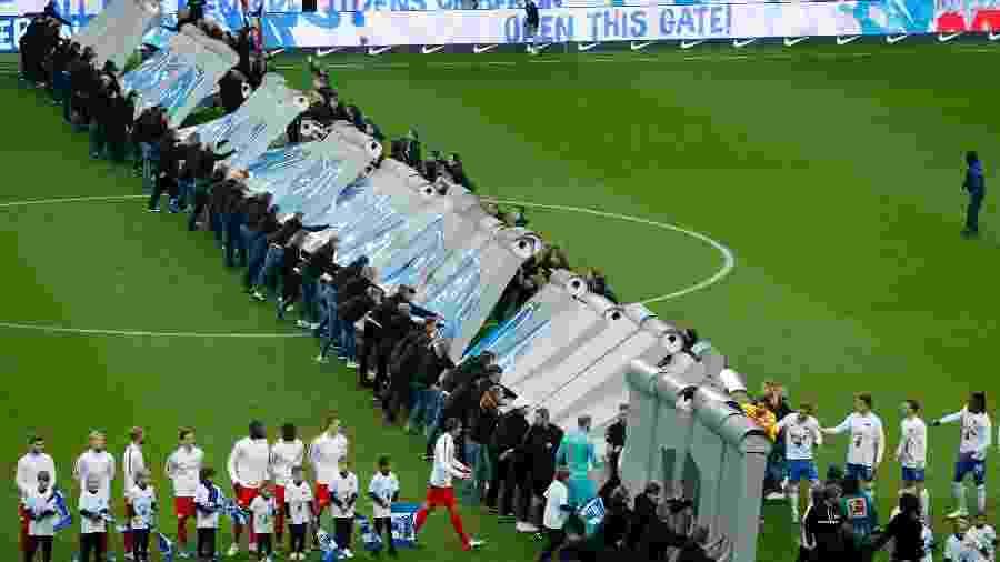 Muro é derrubado antes de jogo do Hertha Berlin em comemoração aos 30 anos da queda do Muro de Berlim - Odd ANDERSEN / AFP