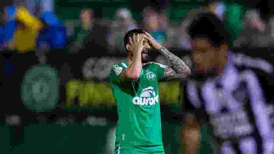 Everaldo, da Chapecoense, lamenta chance perdida em partida contra o Botafogo - LIAMARA POLLI/AM PRESS & IMAGES/ESTADÃO CONTEÚDO
