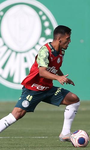 Gabriel Menino durante treino do Palmeiras na Academia de Futebol