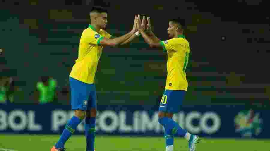 Pedrinho e Reinier durante jogo da seleção brasileira no pré-olímpico - Lucas Figueiredo/CBF