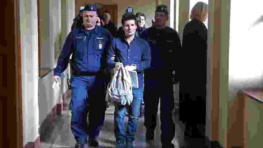 Rui Pinto (ao centro) chega à corte de Budapeste antes de ser extraditado para Portugal, em março do ano passado - Ferenc Isza/AFP