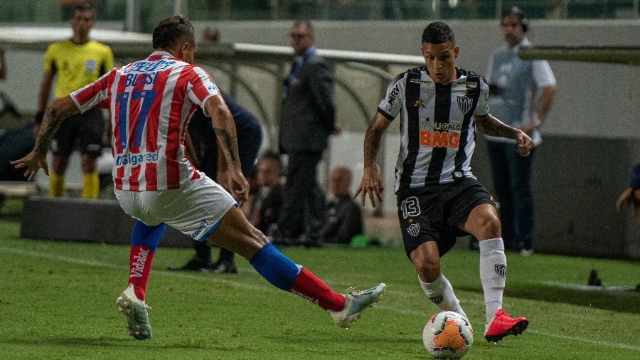 Guilherme Arana tenta se livrar da marcação em partida do Atlético-MG contra Unión (ARG) pela Sul-Americana 2020 - Alessandra Torres/AGIF