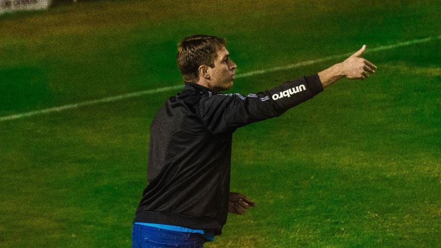 O técnico interino Tiago Gomes orienta o Grêmio em partida contra o Caxias - GEREMIAS ORLANDI/FUTURA PRESS/FUTURA PRESS/ESTADÃO CONTEÚDO