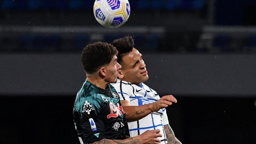 Di Lorenzo e Lautaro Martinez disputam a bola na partida entre Napoli x Inter de Milão - TIZIANA FABI/AFP