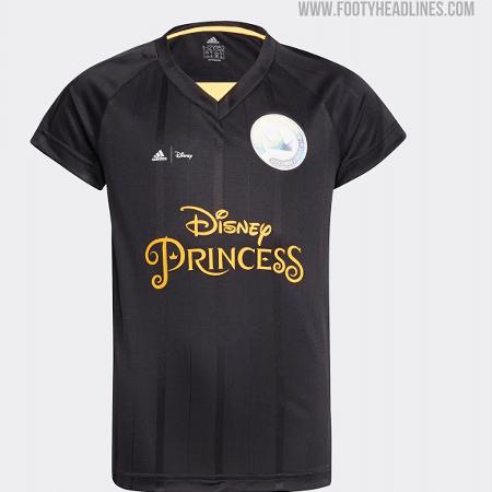 Adidas e Disney desenvolveram uniformes com o tema de princesas - Montagem sobre reprodução/FootyHeadlines.com