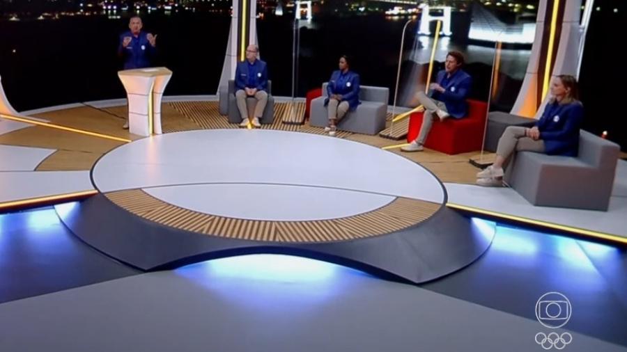 Galvão Bueno ao lado de Marcos Uchôa, Daiane dos Santos, Flávio Canto e Fabi na abertura das Olimpíadas - Reprodução/TV Globo