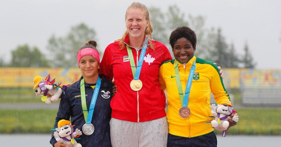 Valdenice Conceição sobe ao pódio para receber a medalha de bronze na prova de canoagem C1-200m