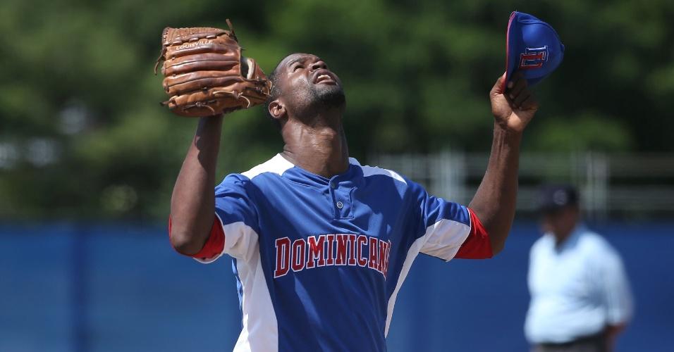 Roberto Novoa comemora vitória da República Dominicana sobre os Estados Unidos no beisebol