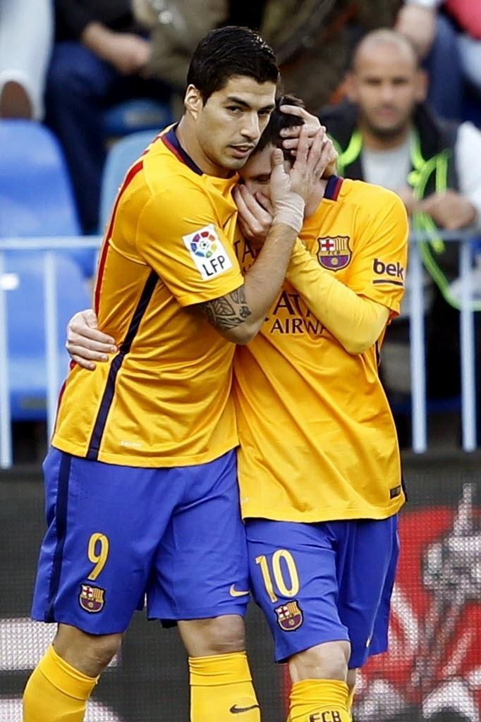 23.jan.2016 - Luis Suárez abraça Lionel Messi para comemorar o gol de Munir, o primeiro do Barcelona contra o Málaga pelo Campeonato Espanhol
