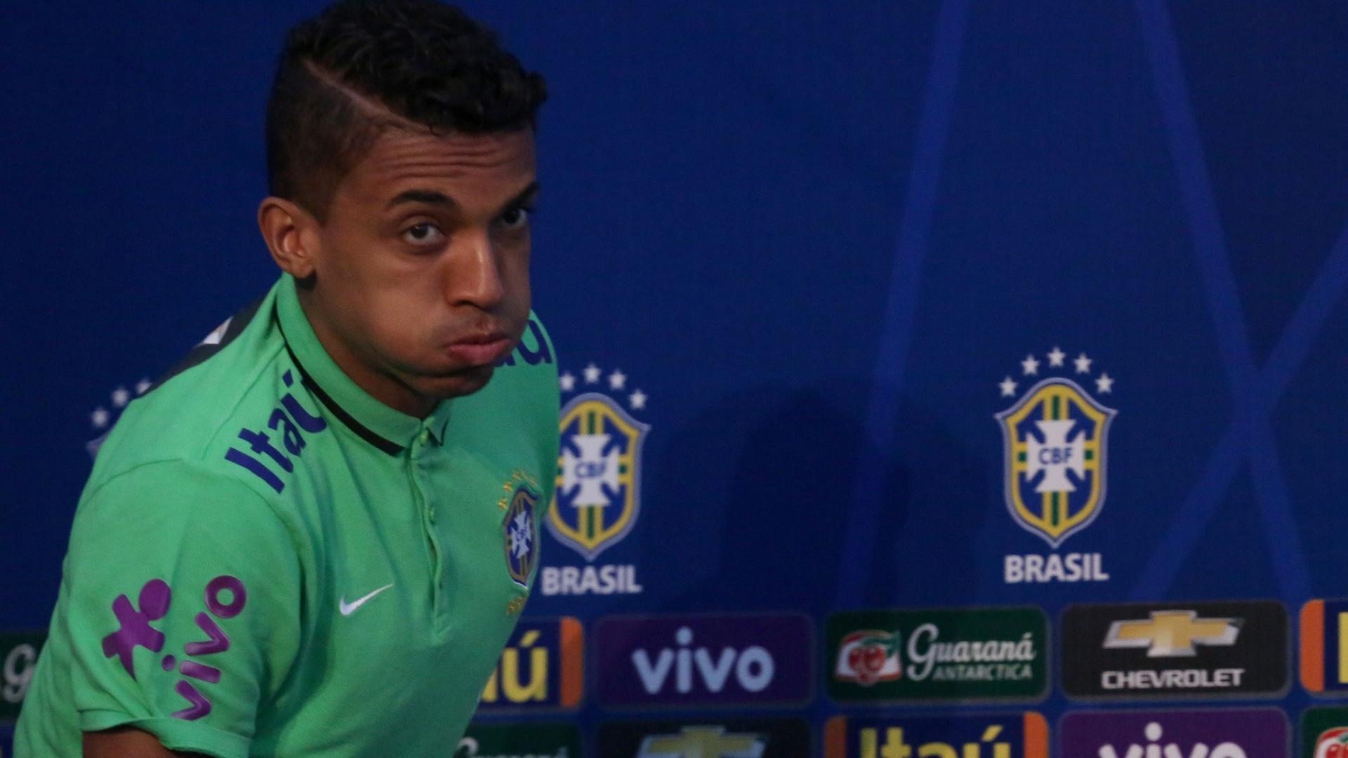 Luiz Gustavo admitiu que a seleção vai para o Paraguai pressionada