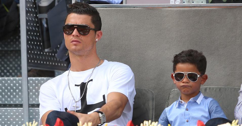 Cristiano Ronaldo e seu filho acompanham partida de tênis em Madri