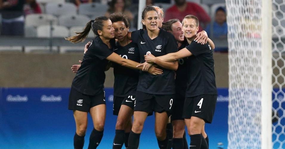 Ambar Hearn, da Nova Zelândia, comemora gol com as companheiras de equipe