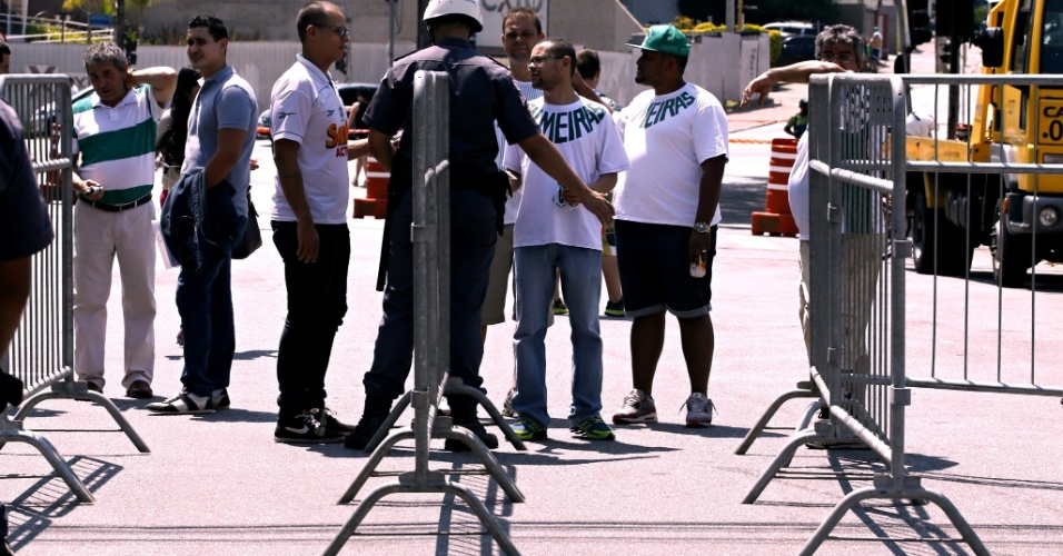 Polícia barra a entrada de pessoas no entorno do Allianz Parque
