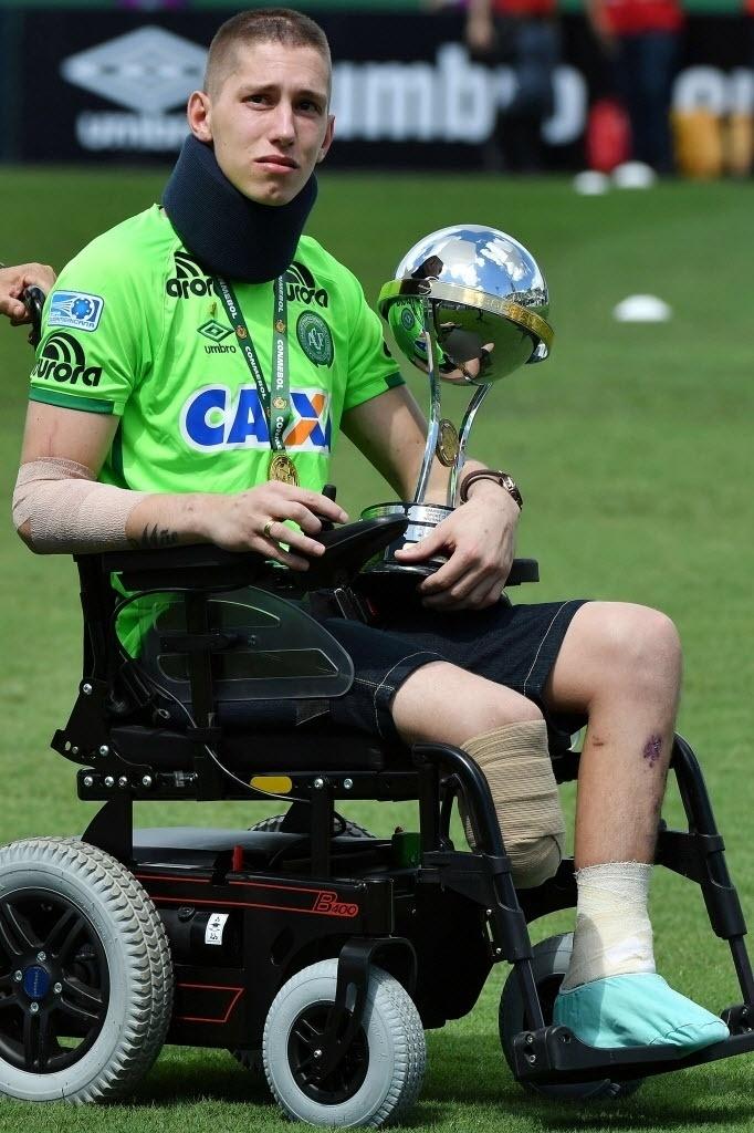 Follmann observa a torcida enquanto deixa o campo carregando o troféu da Sul-Americana