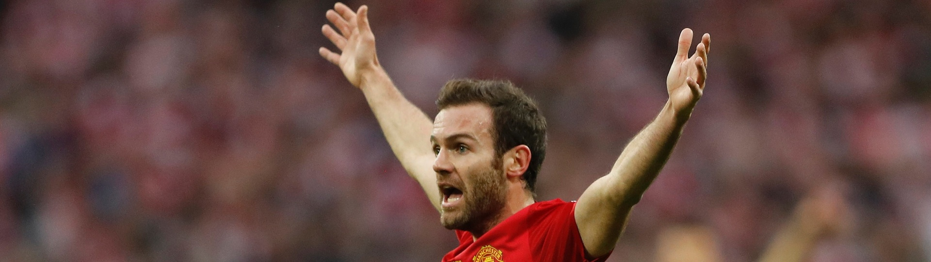 Juan Mata, do Manchester United, reclama com juiz após gol impedido do Southampton