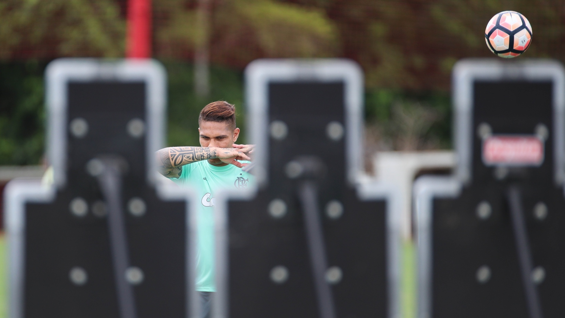 Guerrero treina cobranças de falta antes da viagem do Flamengo ao Chile