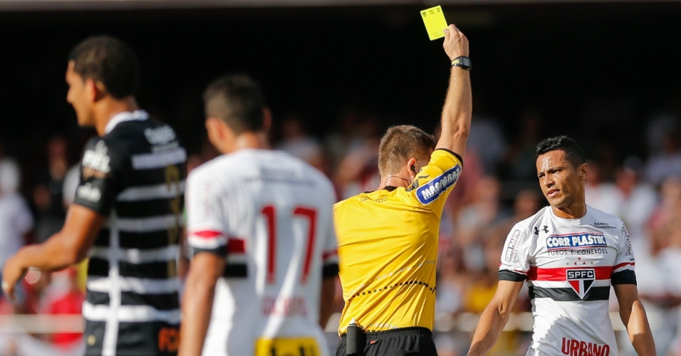 Cícero recebe cartão amarelo por entrada dura em clássico contra o Corinthians