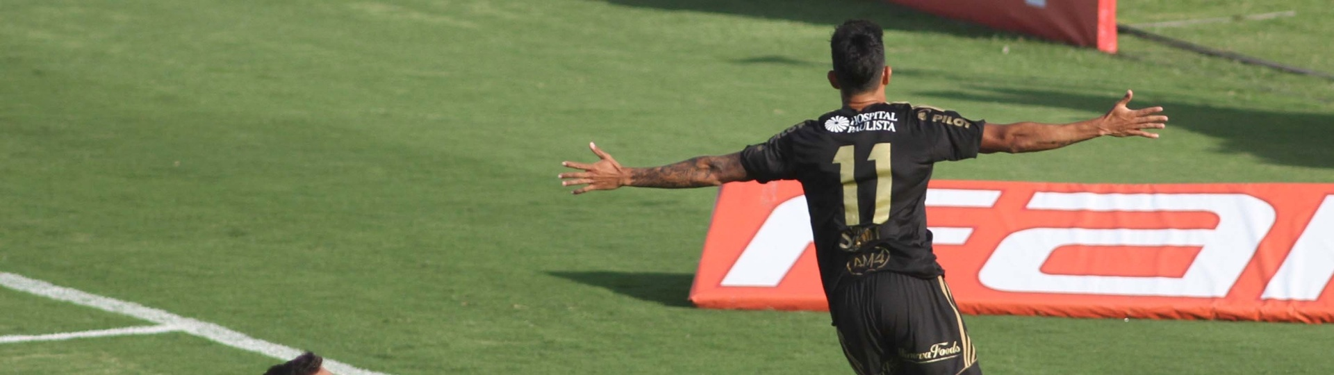 Lucca comemora segundo gol da Ponte Preta contra o Palmeiras em Campinas