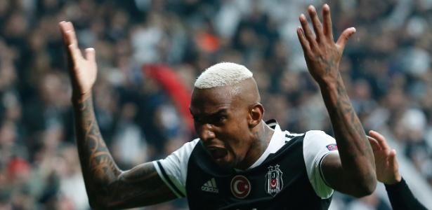 Talisca comemora gol marcado pelo Besiktas contra o Lyon
