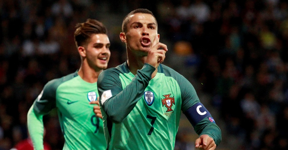 Cristiano Ronaldo comemora gol de Portugal contra Letônia