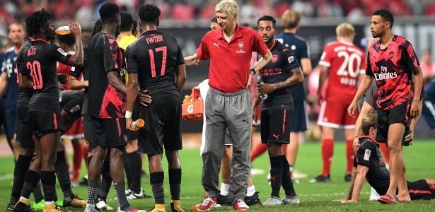 Arsenal não contou com Mertesacker e Giroud, que passaram mal. Kolasinac vomitou no campo