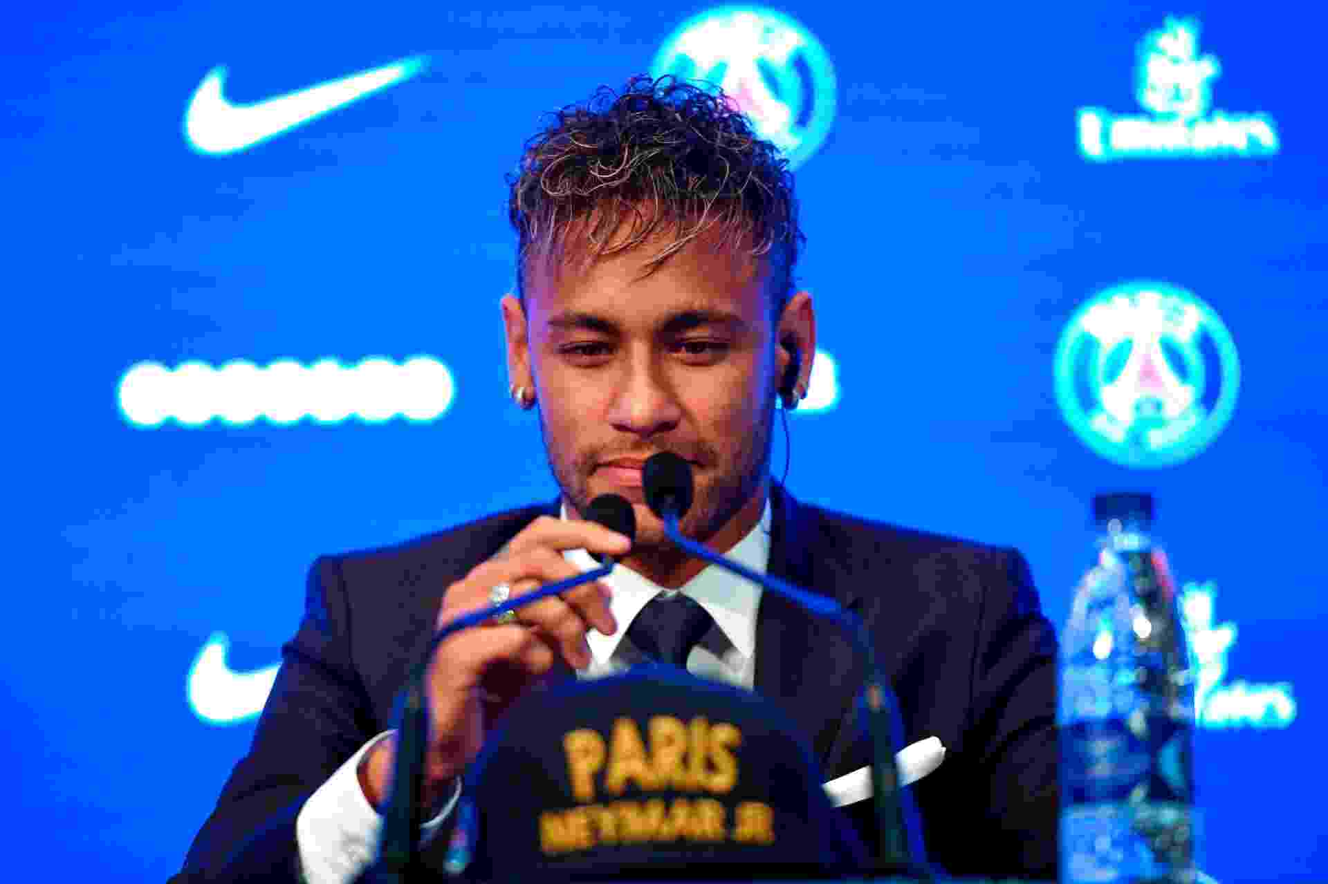 Neymar concede entrevista coletiva em sua apresentação no PSG - Lionel Bonaventure/AFP
