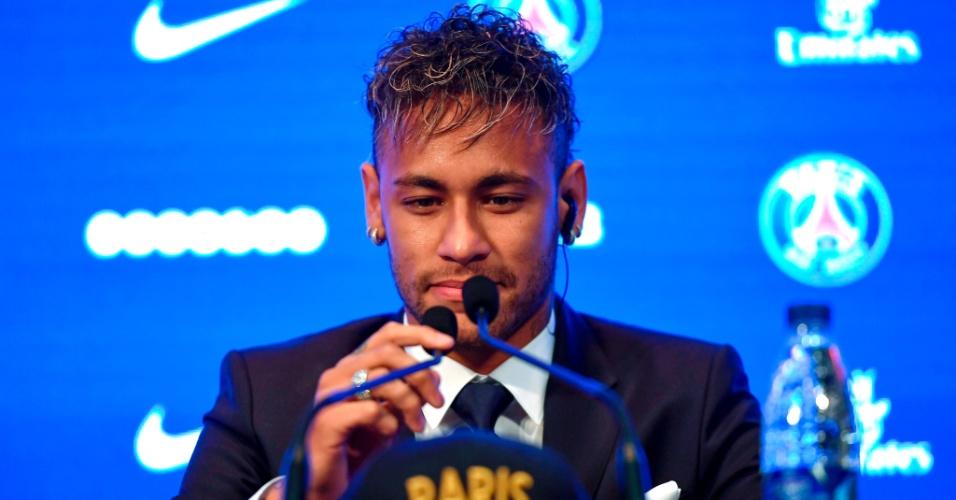 Neymar concede entrevista coletiva em sua apresentação no PSG