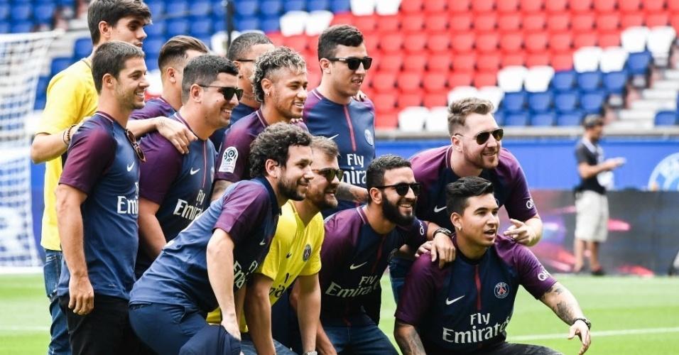 Neymar leva seus amigos para apresentação em campo, nesta sexta-feira, em Paris