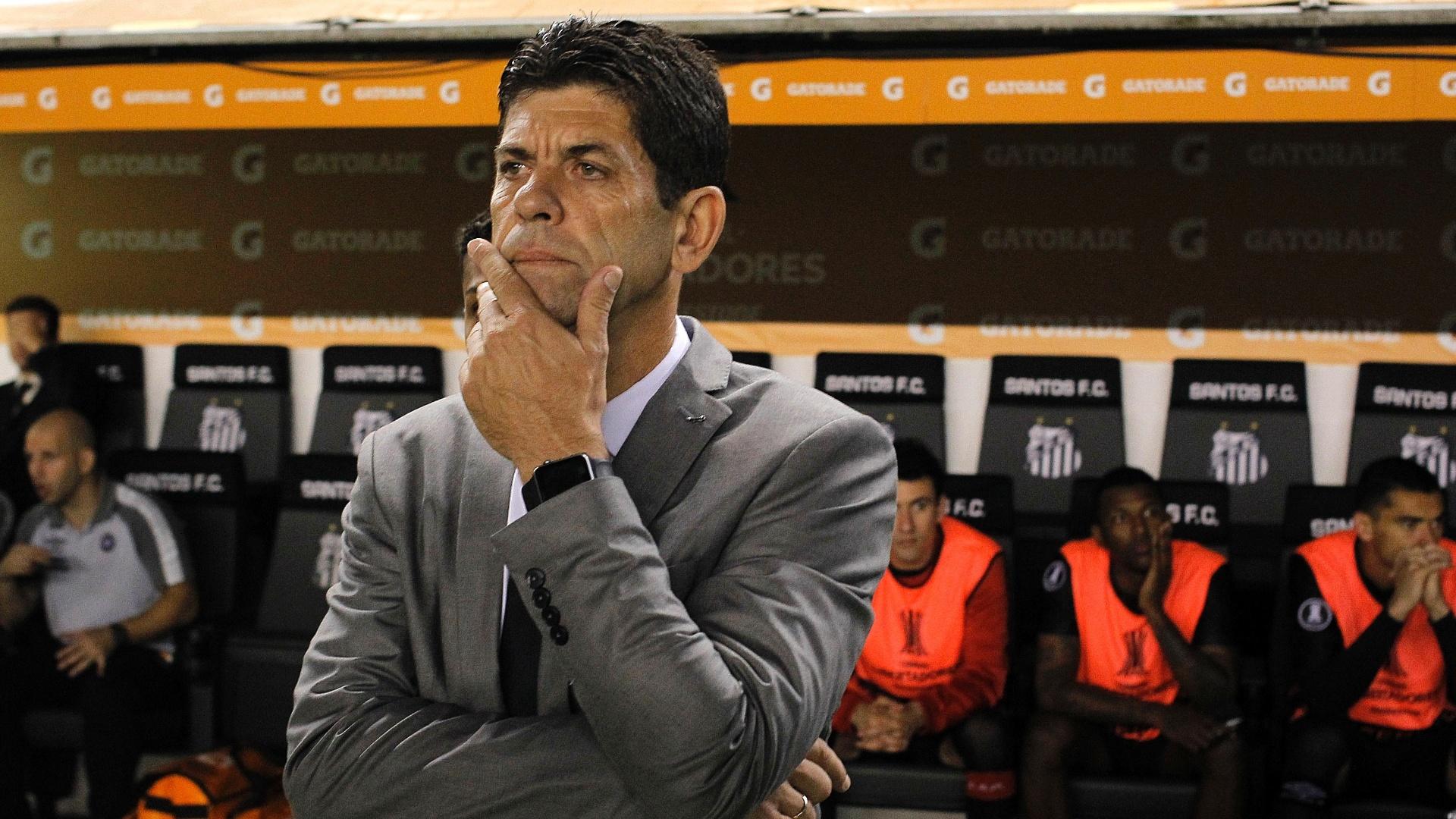O técnico Fabiano Soares observa o Atlético-PR em jogo contra o Santos pela Libertadores