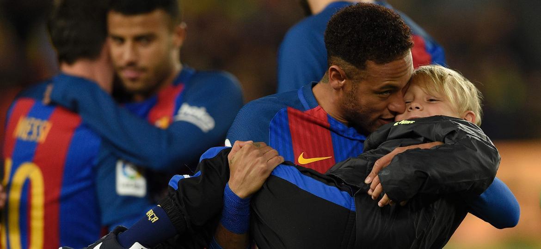 Neymar, então no Barcelona, abraça o filho Davi Lucca antes de uma partida no Camp Nou - AFP PHOTO / LLUIS GENE