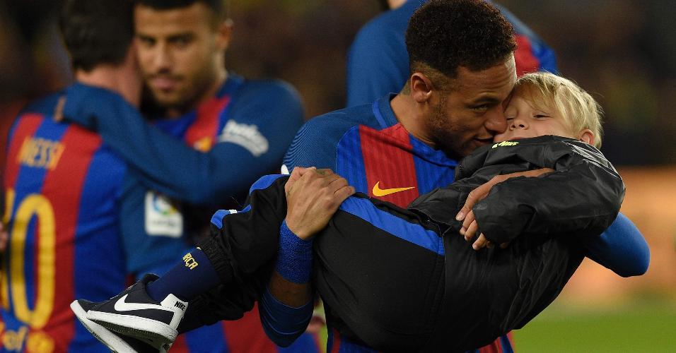 Neymar, então no Barcelona, abraça o filho Davi Lucca antes de uma partida no Camp Nou