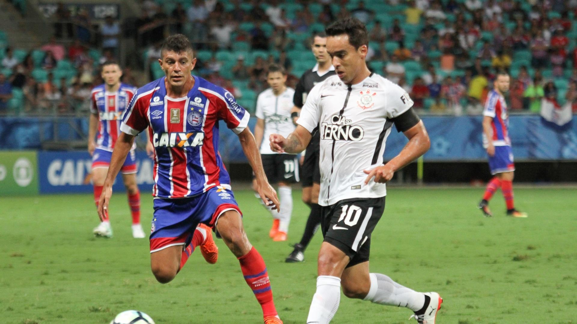 Edson e Jadson disputam a bola no jogo entre Bahia e Corinthians