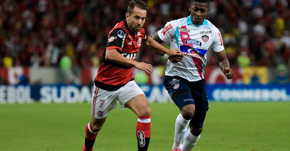 Éverton Ribeiro e Gonzalez disputam a bola na partida entre Flamengo e Junior Barranquilla, pela Sul-Americana
