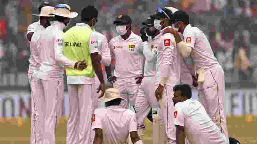 Poluição na Índia interrompe partida de críquete e faz jogadores vomitarem