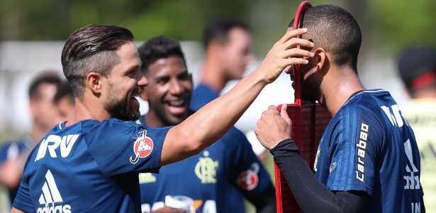Diego brinca durante treino do Flamengo: jogador é uma das maiores armas do time