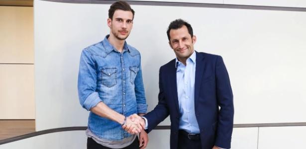 Leon Goretzka posa ao lado de Hasan Salihamidzic, dirigente do Bayern