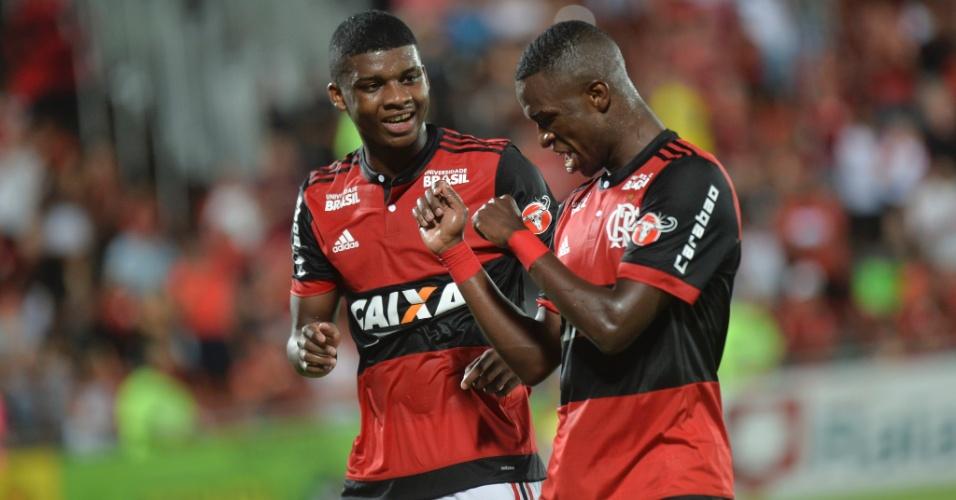 Vinícius Jr comemora com Lincoln gol do Flamengo sobre a Cabofriense