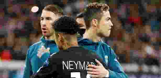 Neymar e Cristiano Ronaldo se cumprimentam antes do duelo entre PSG e Real Madrid - Paul Hanna/Reuters - Paul Hanna/Reuters