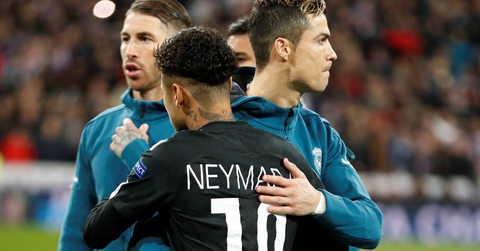 Neymar e Cristiano Ronaldo se cumprimentam antes do duelo entre PSG e Real Madrid