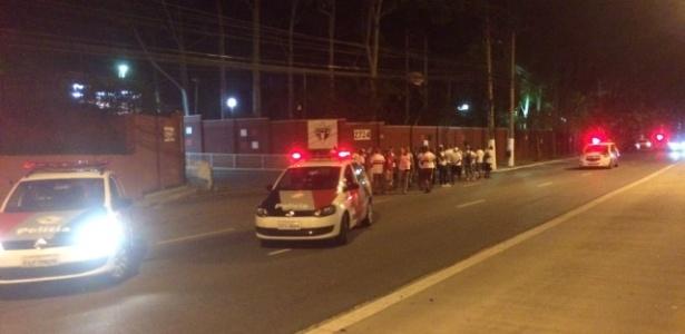 Torcedores se concentraram no portão do CT da Barra Funda - José Eduardo Martins/UOL Esporte
