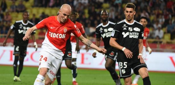 Danilo Avelar (à direita) em ação pelo Amiens: lateral assinará com o Corinthians