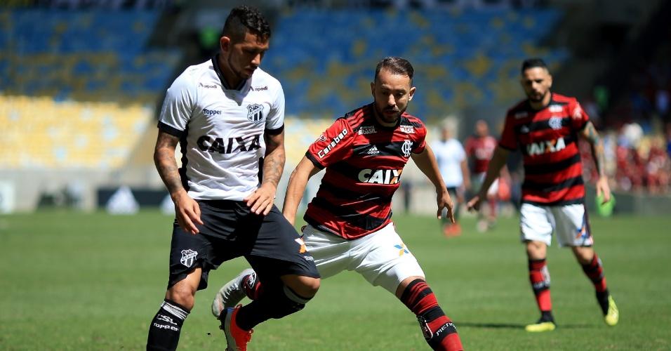 Everton Ribeiro aperta a marcação contra Calyson, na partida entre Flamengo e Ceará