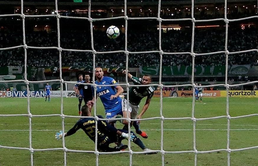 Polêmicas com arbitragem voltam a assombrar temporada do Palmeiras -  13 09 2018 - UOL Esporte dd34c3ddf9810